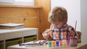 Aide gagnant la confiance Retrait Concept de créativité et d'éducation Le garçon mignon heureux colore ses mains Faire le doigt banque de vidéos