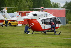 Aide médicale EU-145 de secours d'hélicoptère sur la chaîne du centre EMERCOM de délivrance de Noginsk de la Russie au ` internat Images libres de droits