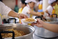 Aide pour alimenter les pauvres : Le concept de la faim photographie stock