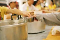 Aide pour alimenter les pauvres : Le concept de la faim image stock