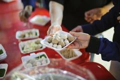 Aide pour alléger la faim de l'humanitaire des personnes dans la société : partager de nourriture de concepts photos stock