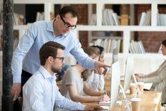 Aide sûre de mentor le stagiaire de comprendre le programme d'entreprise photos stock
