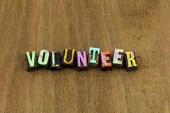 Aide volontaire d'autres gentillesse aimable de charité de travail d'équipe donner le temps photographie stock