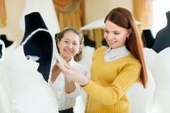 Aides consultan de boutique amicale la jeune mariée Photos libres de droits