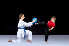 Aides d'athlète de fille un train de sportif un coup-de-pied Image libre de droits