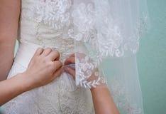 Aides de demoiselle d'honneur à la robe de jeune mariée dans le jour du mariage Images libres de droits