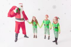 Aides du ` s de Santa fonctionnant au Pôle Nord Il liste de souhaits de lecture Photos libres de droits
