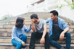 Aidez l'ami de confort qui se sentent triste, soumis à une contrainte et fait pression sur Photo libre de droits
