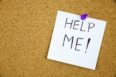 Aidez-moi écrit sur une note collante goupillée sur un panneau de liège Photographie stock