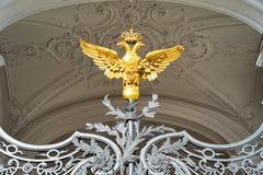 Aigle à deux têtes comme décoration de porte dans le palais d'hiver, ou la Chambre du musée d'ermitage au St Petersbourg, Rus photo libre de droits