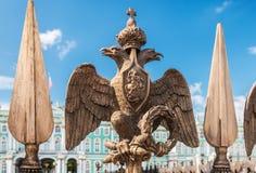 aigle à tête double dans la couronne impériale sur la barrière d'Al Images libres de droits
