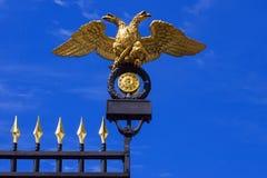 aigle à tête double (l'emblème de la Russie) sur les portes du Photos stock