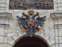 aigle à tête double sur la façade du bâtiment photographie stock