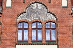 Aigle prussien noir sur la façade rénovée du lycée, Wroclaw, Pologne photographie stock libre de droits
