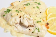 Aiglefins cuits au four avec de la sauce à fromage Image stock