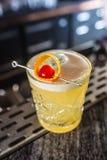 Aigre de whiskey de boissons de cocktail au barcounter dans la boîte de nuit ou le restaurant images stock