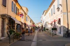 Aigues-Mortes Frankrike - Juli 21, 2017: hemtrevlig gata i den gamla staden inom väggen för forntida stad, södra Frankrike royaltyfri bild