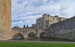 Aigues Mortes stad - bro, väggar och torn av Constance - Camargue - Frankrike fotografering för bildbyråer