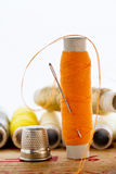 Aiguille avec le fil orange de couleur Photographie stock libre de droits