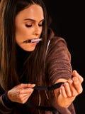 Aiguille d'héroïne dans la main narcotique du ` s de femme d'intoxiqué Seringue de drogué images stock