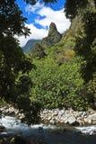 Aiguille d'Iao au-dessus de courant, Maui Photo libre de droits
