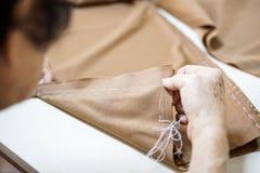 Aiguille de main de grand-maman et couture faisant le tissu Photo stock