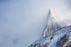 Aiguille du Dru onder de wolken Stock Afbeelding