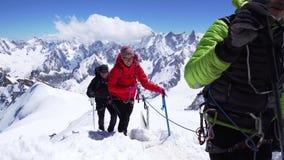 AIGUILLE DU MIDI CHAMONIX MONT BLANC, FRANKREICH im Juni 2019 Wandergruppe in den schneebedeckten Bergen stock footage