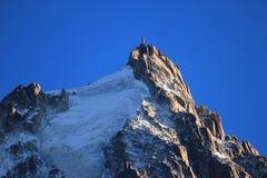 Aiguille du Midi en el sol de la tarde, macizo de Mont Blanc, Chamonix-Mont-Blanc, montañas francesas, Francia imagen de archivo