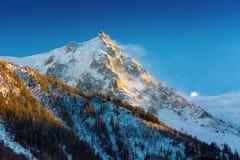 Aiguille du Midi en la puesta del sol imagen de archivo libre de regalías