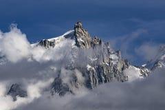 Aiguille du Midi entre las nubes Macizo de Mont Blanc montan@as Fotografía de archivo