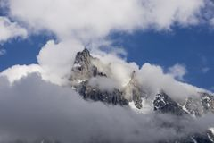 Aiguille du Midi fra le nuvole Fotografia Stock Libera da Diritti