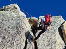 AIGUILLE DU MIDI, FRANCIA - 8 AGOSTO 2017: Alpinisti che scalano sulle rocce ad Aiguille du Midi, Chamonix-Mont-Blanc, Francia Immagini Stock Libere da Diritti