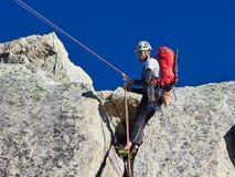 AIGUILLE DU MIDI, FRANCIA - 8 AGOSTO 2017: Alpinisti che scalano sulle rocce ad Aiguille du Midi, Chamonix-Mont-Blanc, Francia Fotografie Stock