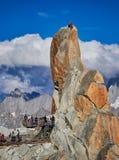 AIGUILLE DU MIDI, FRANCIA - 8 AGOSTO 2017: Alpinisti che scalano sulle rocce ad Aiguille du Midi, Chamonix-Mont-Blanc, Francia Fotografia Stock Libera da Diritti