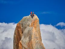 AIGUILLE DU MIDI, FRANCIA - 8 AGOSTO 2017: Alpinisti che scalano sulle rocce ad Aiguille du Midi, Chamonix-Mont-Blanc, Francia Immagine Stock Libera da Diritti