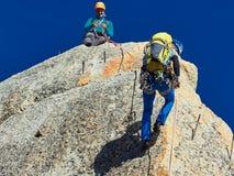 AIGUILLE DU MIDI, FRANCIA - 8 AGOSTO 2017: Alpinisti che scalano sulle rocce ad Aiguille du Midi, Chamonix-Mont-Blanc, Francia Immagini Stock
