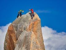 AIGUILLE DU MIDI, FRANCIA - 8 AGOSTO 2017: Alpinisti che scalano sulle rocce ad Aiguille du Midi, Chamonix-Mont-Blanc, Francia Fotografia Stock