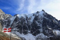 Aiguille du Midi 3.842 m/12.605 ft und die Flagge vom Haute-Savoie, Mont Blanc-Gebirgsmassiv, Chamonix-Mont-Blanc, französische A lizenzfreie stockfotografie