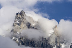 Aiguille du Midi onder de wolken Stock Foto's