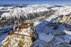 Aiguille du Midi -Terrassen, das höchste des Aiguilles in Mont Blanc, Chamonix, anbietende erstaunliche Ansicht alles t lizenzfreies stockbild
