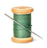 Aiguille et fil sur la bobine en bois verticalement Photo stock