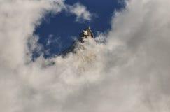 Aiguilles-Bergspitzen durch Wolken und blauen Himmel Chamonix, Frankreich Lizenzfreies Stockbild