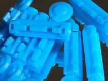 Aiguilles brillantes bleues sur le verre Photos stock