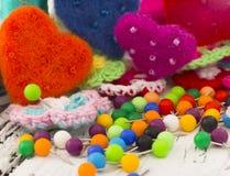Aiguilles de couture et coeurs colorés Image libre de droits
