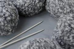 Aiguilles de laine de fil et de tricotage de mélange Photographie stock libre de droits