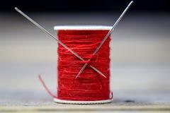 Aiguilles de rouge de fil de couture Photos stock