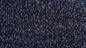 Aiguilles de tricotage bleu-foncé tricotées de fond matériel photos libres de droits