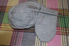 Aiguilles de tricotage de laine tricotage d'un mensonge de crochet en métal Image stock