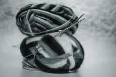 Aiguilles de tricotage et boule de laine Photographie stock